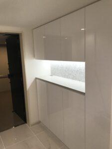 玄関収納 白 鏡面 人工大理石
